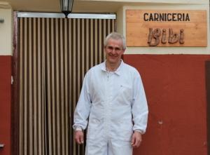 José Ángel Barrutieta cuida cada día, desde hace más de 20 años, a sus vacas de raza Pirenaica en la sierra de Nieva de Cameros (La Rioja)