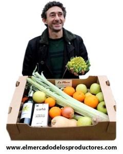 Pedro Guerra con una cesta de hortalizas de La Plaza, el mercado de los producores