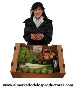 Belén Soldevilla con una cesta mixta de productos con hortalizas, nuez y almendra ecológica del Valle del Cidacos (La Rioja)