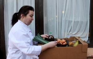 Mónica Loro recogiendo la cesta de productos de La Plaza