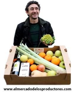 Pedro Guerra con una cesta de hortalizas de temporada