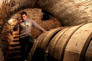 Oliver en el calado de la Bodega de Rioja Abel