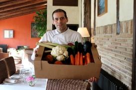 El cocinero de La Vieja Bodega, Félix, con la cesta de La Plaza